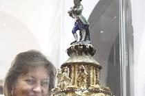 Staletý dort v muzeu obývá speciální klimatizovanou vitrínu.