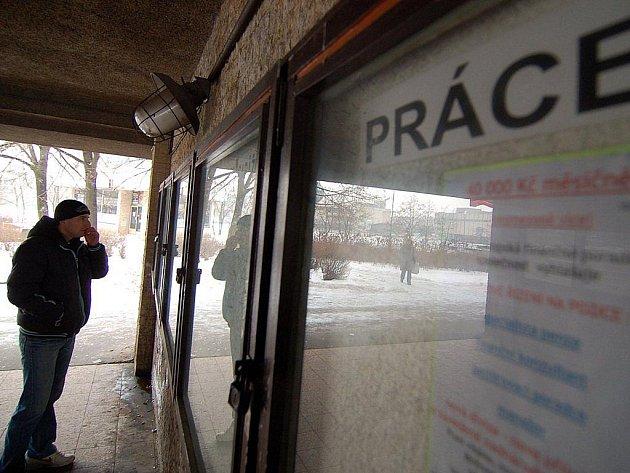Pro více než třicet tisíc lidí bez místa mají úřady práce v kraji Vysočina jen něco málo přes osm set nabídek k zaměstnání.