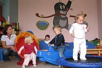 Děti navštěvují rodinné centrum Krteček nejenom kvůli místnosti plné hraček. Nevědomky se seznamují s prvními zákonitostmi chování uprostřed kolektivu.
