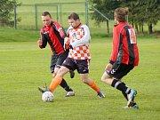 Fotbalisté rezervy Nové Vsi (v červenočerném) v úvodním kole remizovali s Dolní Rožínkou 3:3. To hráči Křižanova (v kostkovaném) padli 0:4 v Borech.