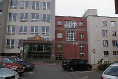 V Pelhřimově jsou už budovy městského úřadu (bílý objekt vlevo) a úřadu práce (červená vpravo) oddělené. Původní průchod mezi nimi už byl zazděn.