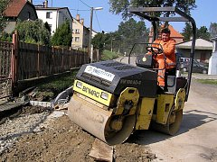 Práce v Dobré Vodě u Pelhřimova se naplno rozběhly začátkem minulého týdne. V současné době pracovníci stavební firmy Swietelsky začali opravovat první část silnice u vlakového nádraží a ve středu došlo i na chodníky podél tohoto úseku.