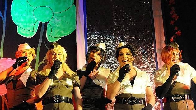 Pražští Screamers se v pátek večer představí v Pacově. O vstupenky na jejich travesti show je velký zájem.