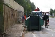 Teď opravují opěrnou zeď u Rekrey.