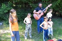 Život v pěstounských rodinách je především o toleranci všech jejích členů. Aleš a Monika Dietrichovi mají dohromady dětí deset. Přesto si chvíle strávené společně užívají.