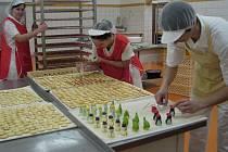 V pelhřimovské pekárně Adélka se v těchto dnech pekařky a cukrářky nezastaví