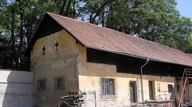 Bývalé hospodářské budovy v severní části pacovského zámku se dočkají opravy. Po rekonstrukci budou objekty využity pro činnost úřadu a budou nabídnuty i pro spolkovou činnost.