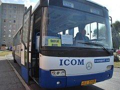 Školní autobus odjížděl ze zastávky Táborská prázdný. Je otázkou času, kdy ho děti začnou plně využívat.
