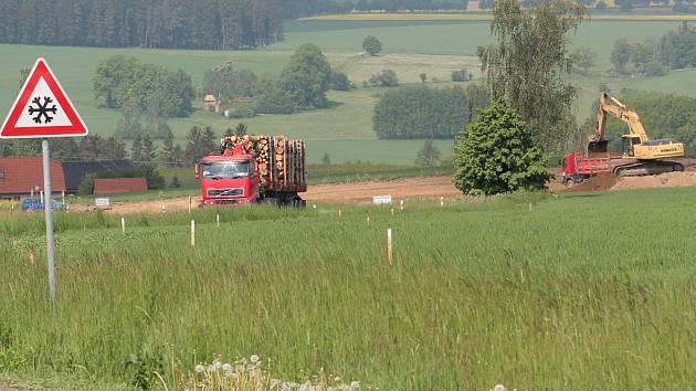 Práce na stavbě obchvatu směrem z Ondřejova na Myslotín jsou podle plánu.