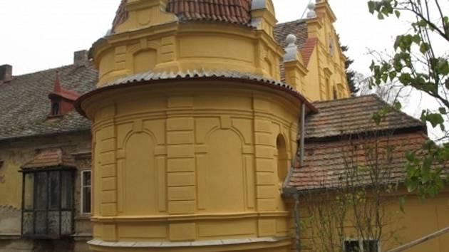 Zámek v Březině se v současnosti opravuje.