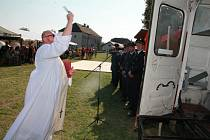 Na slavnosti v Píšti k hasičům promluvil a nově pořízené technice požehnal farář Maxmilián Roman Rylko.
