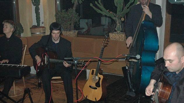 Gypsy jazz vycházející hlavně z legendy Django Reindharta je hlavní doménou Swingtetu