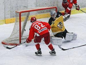 Hokejisté Pelhřimova prohráli i třetí zápas na svém ledě. O vítězství Moravských Budějovic nemohlo být pochyb. Lední medvědi se k výraznější výsledkové korekci dostali až ve třetí třetině.