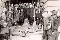 Jeden ze snímků, jež Klub Za starý Humpolec zprostředkoval veřejnosti. Fotograf zachytil rekvizici zvonů z evangelického kostela v Humpolci pro válečné účely r. 1914.