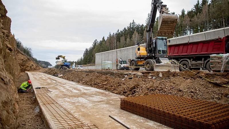 Práce na čtrnáctikilometrovém úseku dálnice D1 mezi Humpolcem a Větrným Jeníkovem nabraly na tempu. Pro lidi na stavbě se staly roušky samozřejmostí.
