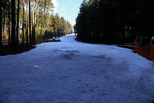 Jako jediný pozůstatek zimy v desetistupňovém jarním počasí působí sjezdovka na Křemešníku.