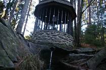 I kolem Stříbrné studánky probíhala těžba. Na rozdíl od ní se zatím Zázračná studánka vodou chlubit nemůže.