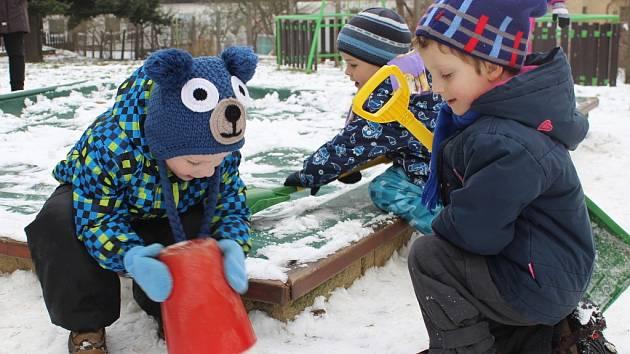 Protože se příroda umoudřila a nadělila milovníkům zimních radovánek trochu sněhové pokrývky, vyrazily děti z Mateřské školy Komenského v Pelhřimově ven s pořádným zimním náčiním.