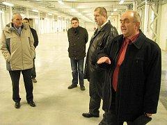 Čestné hosty provedl novými výrobními prostorami ředitel Spojených Kartáčoven Jiří Zbrojka (vpravo).