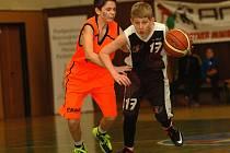 Skvělé partie s republikovou elitou odehráli mladí pelhřimovští basketbalisté (vpravo je Ondřej Plášil). V základní skupině sice třikrát prohráli, ale vzestupnou tendenci výkonů potvrdili výhrami nad Litoměřicemi a NH Ostrava.