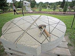 Letos se Mezinárodního sochařského sympozia ve Lhotě-Vlasenici účastní Alena Matějka, Lars Widenfalk, Alessandro Pavone, John Bizas, Karel Holub a Karin van Ommeren. Jejich díla se stanou součástí rodící se Magické zahrady.