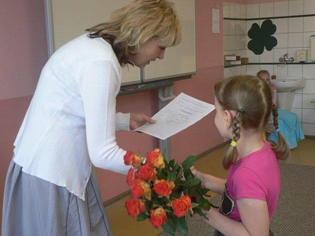 Školáci v pátek dostali vysvědčení a začaly jim prázdniny.
