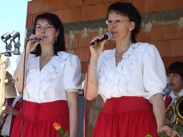 Pouť i dechovka. Prvomájová veselice v Pelhřimově se tradičně odbývá u rybníka Stráž a jinak tomu nebylo ani včera. Zatímco mládežníci upřednostnili některé pouťové atrakce, dříve narození si vychutnali vystoupení kapely Božejáci.