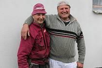 Pavel Ondruš (na snímku vpravo) pracoval v Rakousku rovných dvacet let. Velmi rád na tuto dobu vzpomíná. V současné době se živí jako stavební dělník po celé České republice. Minulý týden pomáhal kamarádům v Želivě na Pelhřimovsku.