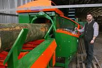 Vedoucí odbytu MSL Josef Beran u nové linky na štípání dřeva.