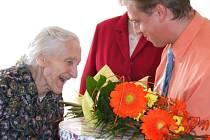 Stále usměvavá Josefa Kačenová oslavila stoleté životní jubileum v sobotu v tamním kulturním domě společně se svou rodinou a přáteli.