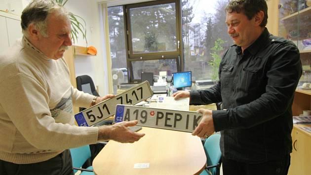 V úterý dopoledne si Josef Kašpar (vlevo) z Těmic vyzvedl jako první z Pelhřimovska na odboru dopravy pelhřimovské radnice svou registrační značku na přání.