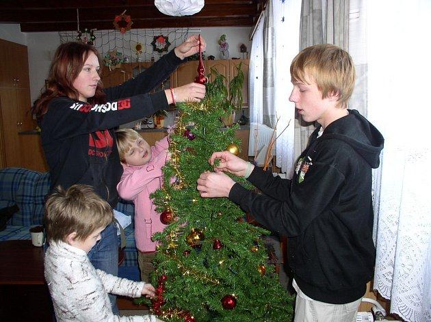 Děti v humpoleckém dětském domově už mají pečlivě vyzdobeno. Těm menším včera pomohla s posazením hvězdy na vrchol stromku Andrea Horváthová.