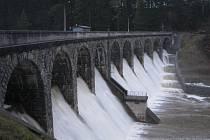Voda ze Sedlické přehrady okolo čtvrteční osmnácté hodiny tekla přes okraj.