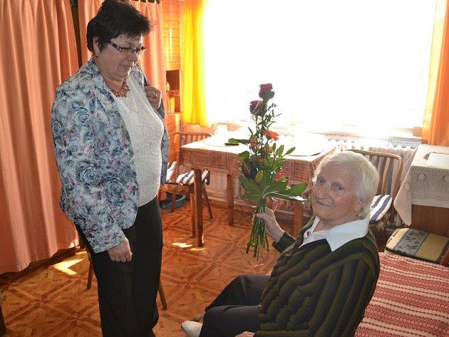 Ještě před rodinnou oslavou přijala Marie Rothová návštěvu z humpolecké radnice. K jejím stým narozeninám jí popřála místostarostka města Lenka Bartáková.