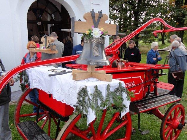 Zvon před kapličku přivezli na historické hasičské stříkačce.