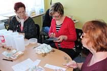 Potřebné korunky byly spočítány v pondělí odpoledne v objektu Oblastní charity v Pelhřimově (na snímku).
