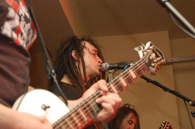 V pátek večer si dali v pelhřimovském hudebním klubu Stará Tiskárna dostaveníčko milovníci tvrdě laděných kytar.