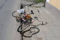 Osmapadesátiletý muž, který na bicyklu vezl pytel brambor o váze pětadvacet kilogramů. Ten jezdci spadl do zadního kola a převážil ho. Cyklista utrpěl těžké zranění hlavy, kterým v nemocnici podlehl.