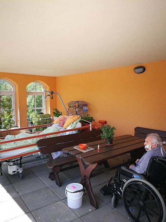 Klienti Domova pro seniory v Pelhřimově zažili  koncert pod okny.