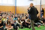 Na Základní škole Krásovy domky se konala přednáška Jak zvládnout nevyhnutelné a jak se vyhnout nezvladatelnému, kterou vedl klimatolog Alexandr Ač.