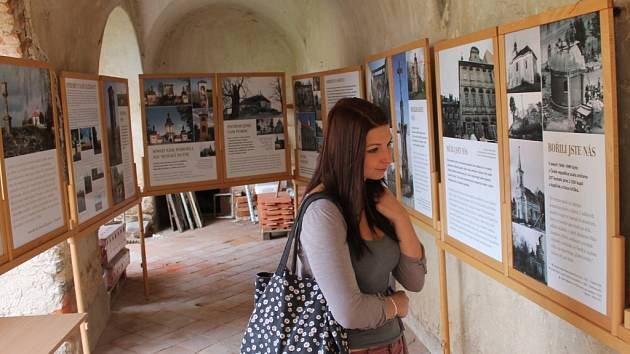 Na nádvoří červenořečického zámku jsou k vidění čtyři výstavy. Nechybí tu například přehled ohrožených kulturních památek na Pelhřimovsku.