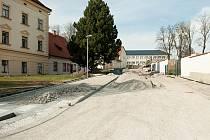 Téměř opravenou Karmelitánskou ulicí vPacově už mohou nejen místní procházet.
