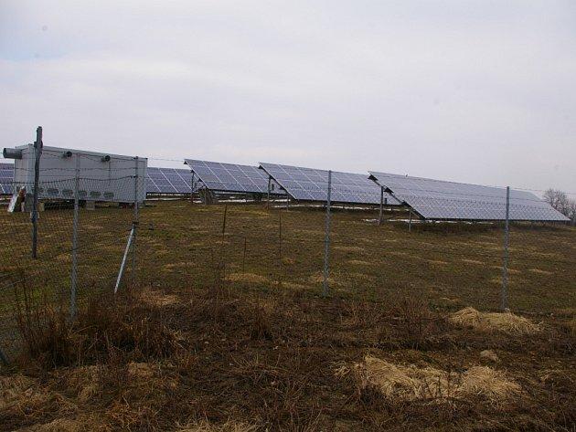 Fotovoltaická elektrárna na kopci u Křelovic.