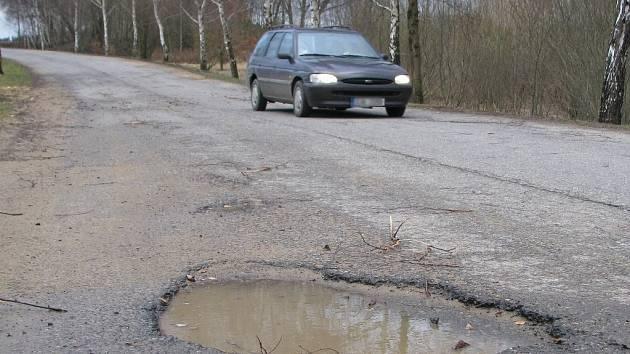 PELHŘIMOV. Řidiči jedoucí po staré přeložce okolo Pelhřimova se musí vyhýbat díře v silnici