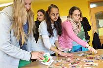 Žáci z pelhřimovské speciál-ní základní školy v pátek posnídali v knihovně.