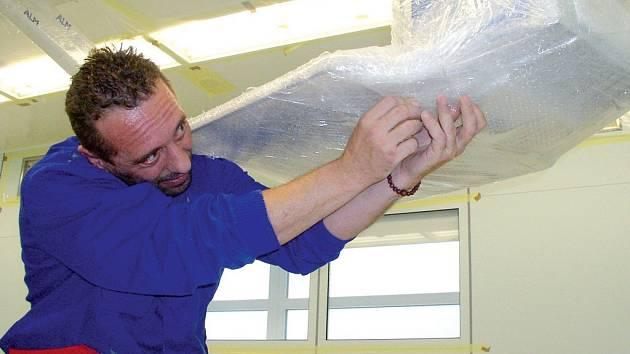 V pavilonu akutní medicíny pelhřimovské nemocnice řemeslníci nyní pilně vybrušují podlahy. Většina zařízení z operačních sálů musela ven. Ta, která zůstala, se dočkala pečlivého zabalení. DENÍK/Michal Vítů