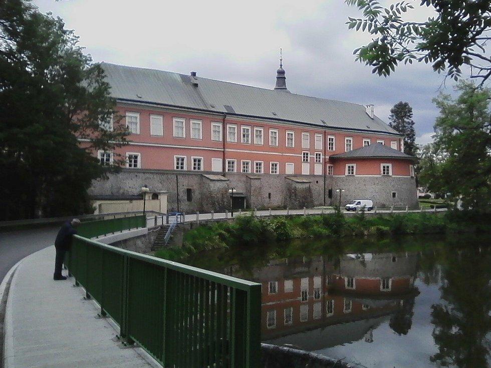 31. Pohled na zámek v Kamenici nad Lipou od rybníka