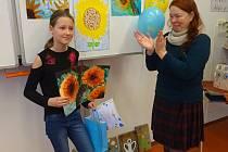 Jana Koubová převzala ocenění od Kateřiny Bémové z Nadačního fondu Impuls.