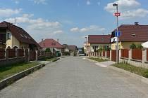 Při příjezdu do Jedlové ulice na Polním dvoře (na snímku) měl být chodník už před lety  zbudován po levé straně komunikace. Do dneška tam však není.