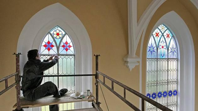 Právě rekonstruovanou kapli svatého Kříže v Pelhřimově budou zdobit krásné barevné vitráže, které jsou financovány formou donátorství soukromými osobami.